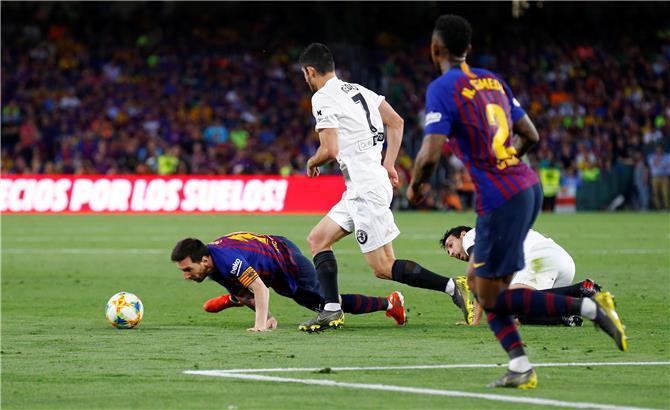 فالنسيا يفاجئ برشلونة ويتوج بأول لقب منذ 2008