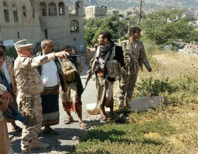 صحيفة : معسكرات الجيش بتعز تستقبل وتجند عناصر القاعدة والإصلاح الفارين من الجنوب