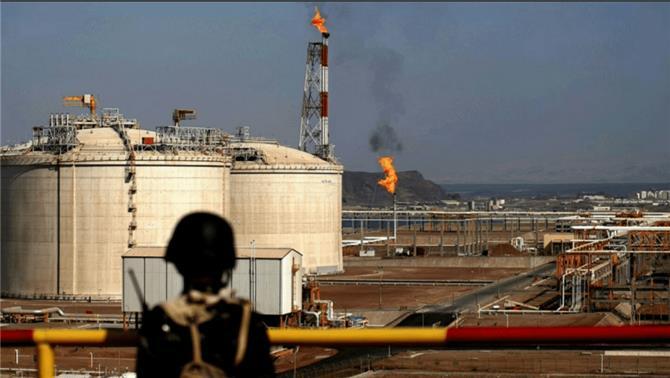 صافر تستأنف ضخ النفط إلى مرفأ ببحر العرب