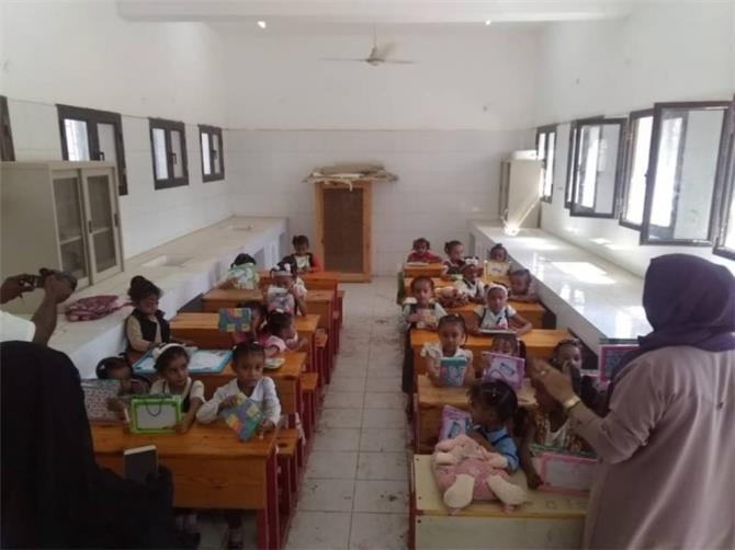 المرأة والطفل بانتقالي لحج توزع أدوات تعليمية على طالبات 26 سبتمبر