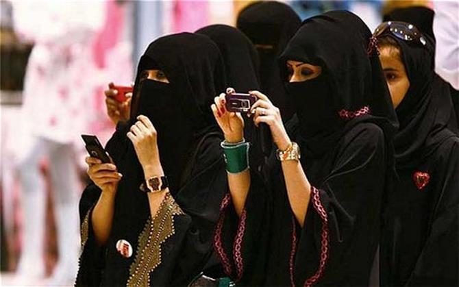 قرارات سعودية غير مسبوقة تضع النساء في مواقف شديدة الحرج
