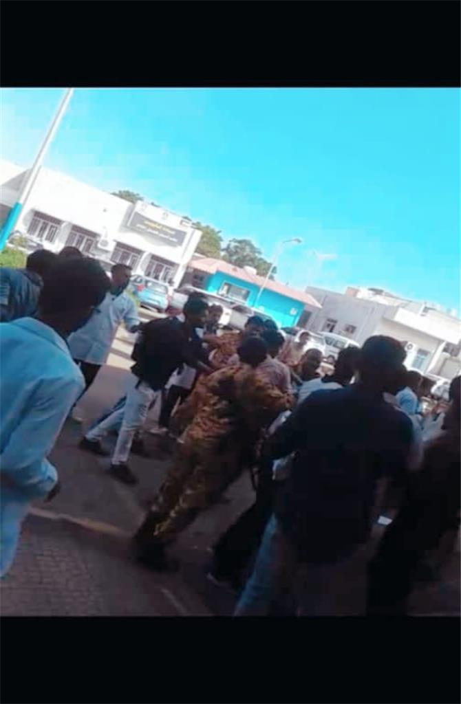 حرس كلية الطب بجامعة عدن يعتدي على طلاب كلية الاسنان