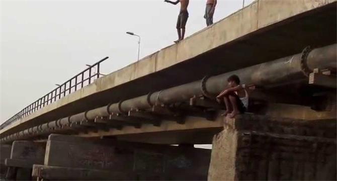 بسبب إبنها.. إمرأة عدنية تعتلي جسر البريقة لتنتحر