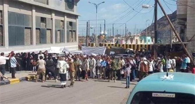 وقفة احتجاجية للمعلميين الجنوبيين أمام قصر المعاشيق