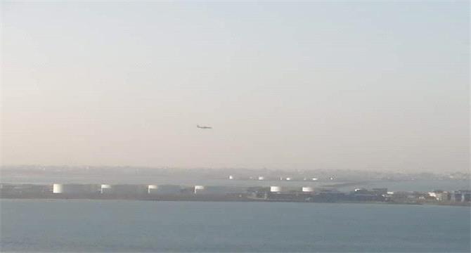 غضب عارم يجتاح الأهالي بعد هبوط طائرة مدنية في مطار عدن
