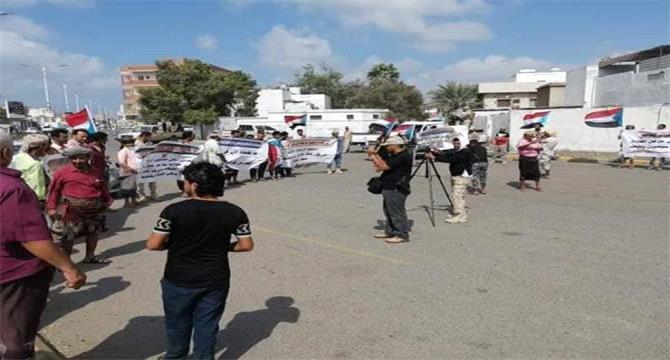 يحدث الآن.. وقفة احتجاجية امام مطار عدن تطالب بوقف الرحلات الجوية الى المطار