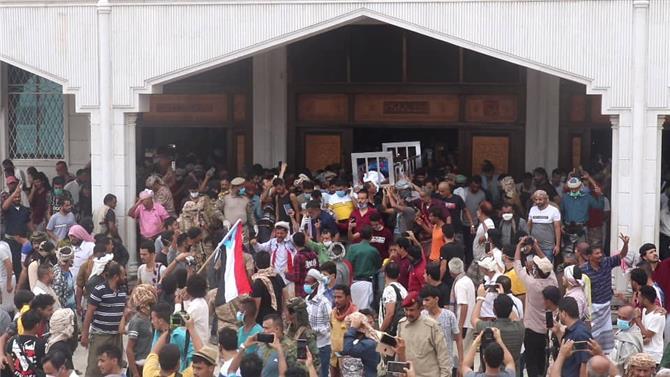 في موكب مُهيب.. العاصمة عدن تُشيّع الشهيد نبيل القعيطي إلى مثواه الأخير(صور)