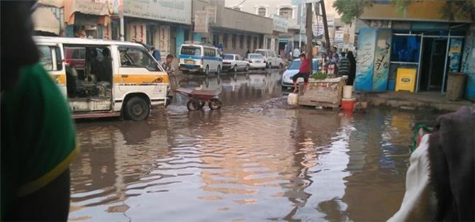 المجاري تحاصر محلات تجارية في العاصمة عدن