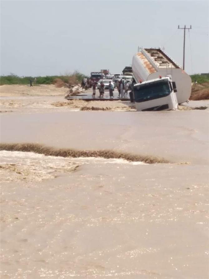 السيول تجرف ناقلة نفط وتلحق أضراراً فادحة بممتلكات المواطنين