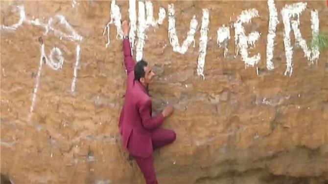 شاب يمني يتسلق فوهة بركان لالتقاط صورًا