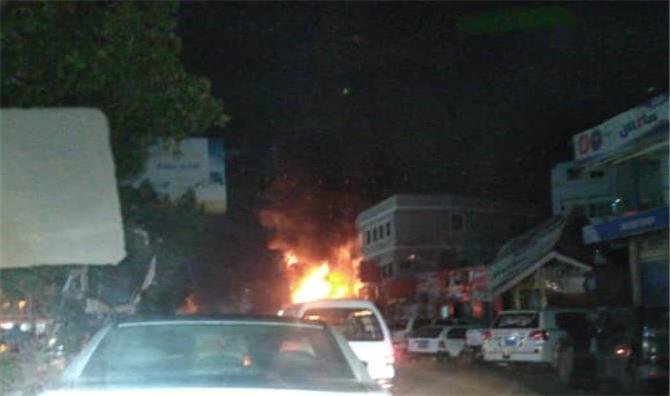 حريق هائل يلتهم وكالة سفريات بالمنصورة بالعاصمة عدن