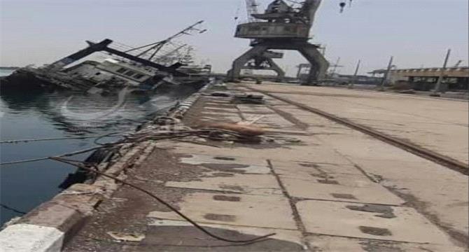 غرق سفينة في ميناء عدن وتسرب النفط منها إلى البحر ومخاوف من تلوث بحري