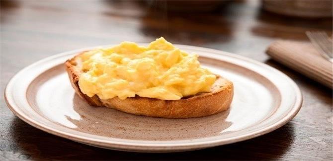 حيلة ذكية لصنع بيض مخفوق مثالي بمكوّن سري