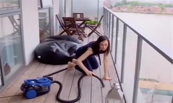 تمضي 5 ساعات يومياً في تنظيف منزلها بسبب هوسها بالنظافة