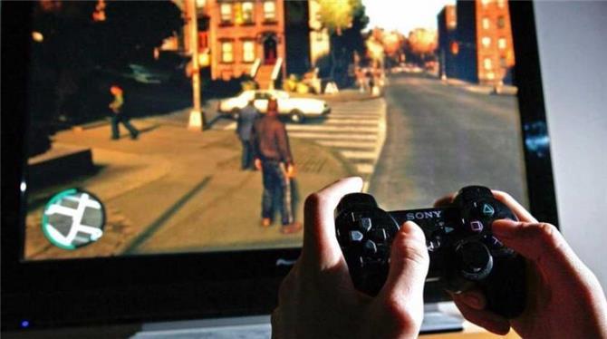 حماسة صبي خلال لعبة إلكترونية تستدعي الشرطة إلى منزله