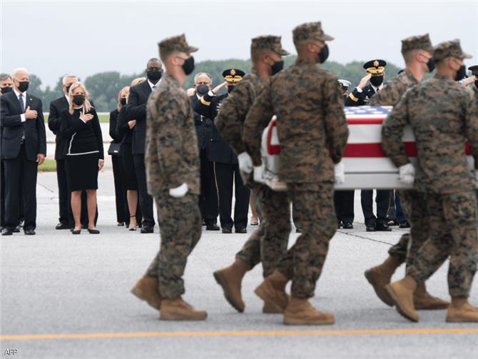 بايدن يستقبل جثامين العسكريين الأمريكيين ضحايا تفجير كابل
