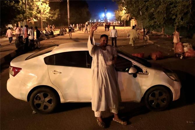 احتجاج الخرطوم يتحول الى اعتصام للمطالبة بحكومة عسكرية